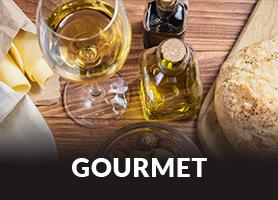 Mesa com alimentos e vinhos